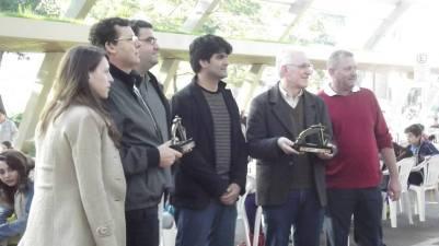 Prefeito e vice recebem trofeús dos organizadores e dos GM's Cubas e Rodrigues
